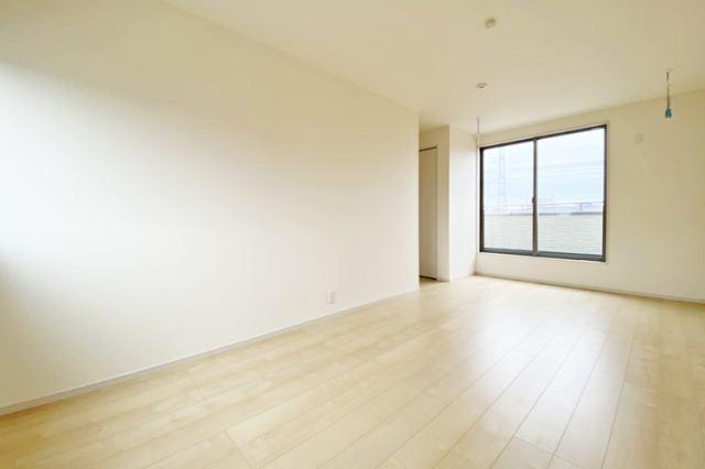 (洋室)無駄のない3階建てです♪クローゼットも大きめで収納も安心です♪