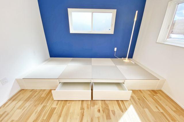 (和室)LDKと続くこあがり和室空間♪段差部分には収納スペースがあります♪