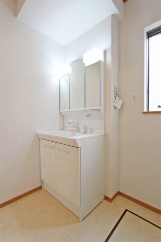 (同仕様・洗面化粧台)洗面所がスッキリ!嬉しい3面鏡の化粧台♪