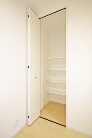 (同仕様・廊下収納)1階の廊下収納はお出かけの時に便利!